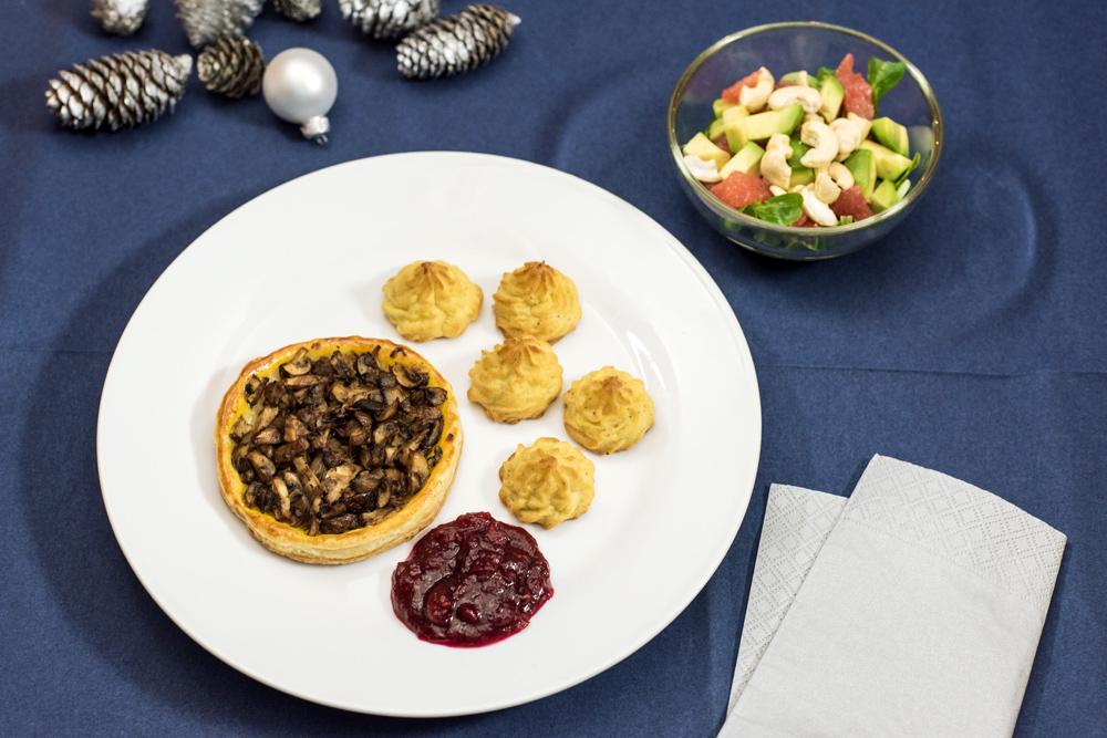 Tartelettes aux champignons, pommes duchesses, sauce aux airelles