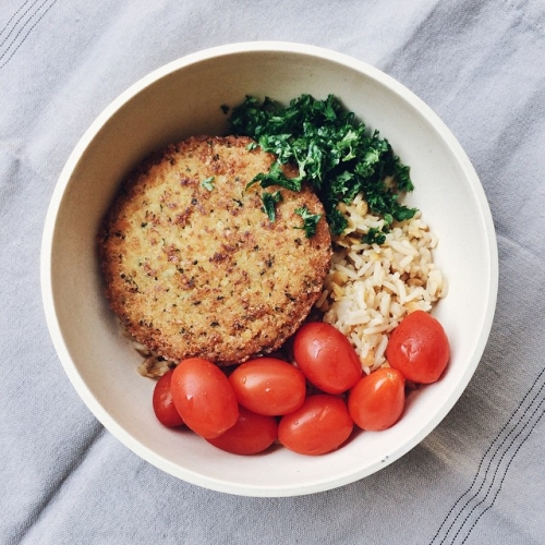 Riz basmati complet aux lentilles corail, galette de pois chiches, tomates dattes et persil frais