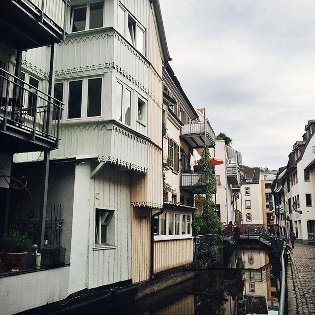 La très mignonne rue Fischerau, à Freiburg, qui longe le canal