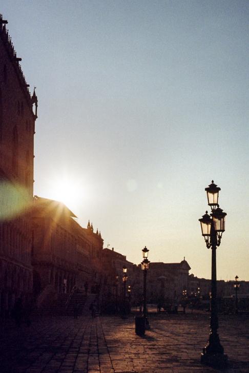 Venise, lever de soleil derrière le Palais des Doges