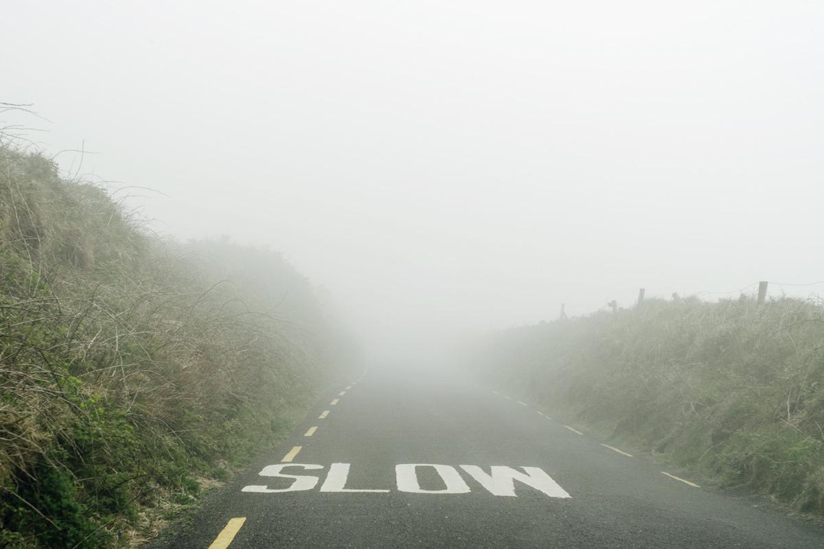 Road trip en Irlande – Route irlandaise sous le brouillard