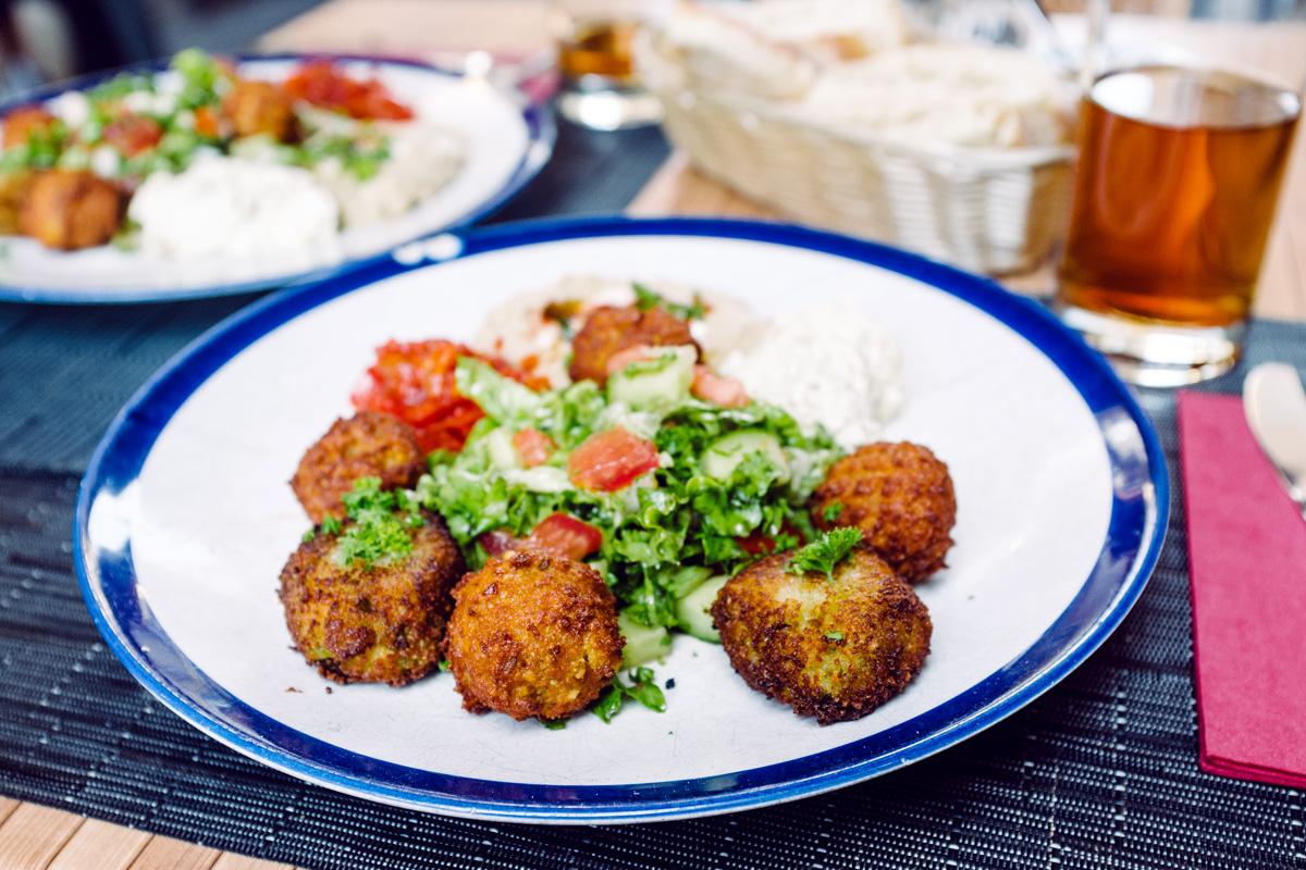 Falafels et croquettes de légumes, salade orientale (houmous, tehina, poivron-tomate, aubergine fumée)