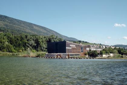 Laténium – Parc et musée d'archéologie de Neuchâtel – Étang surrélevé qui restitue le niveau du lac de Neuchâtel avant la correction des eaux du Jura