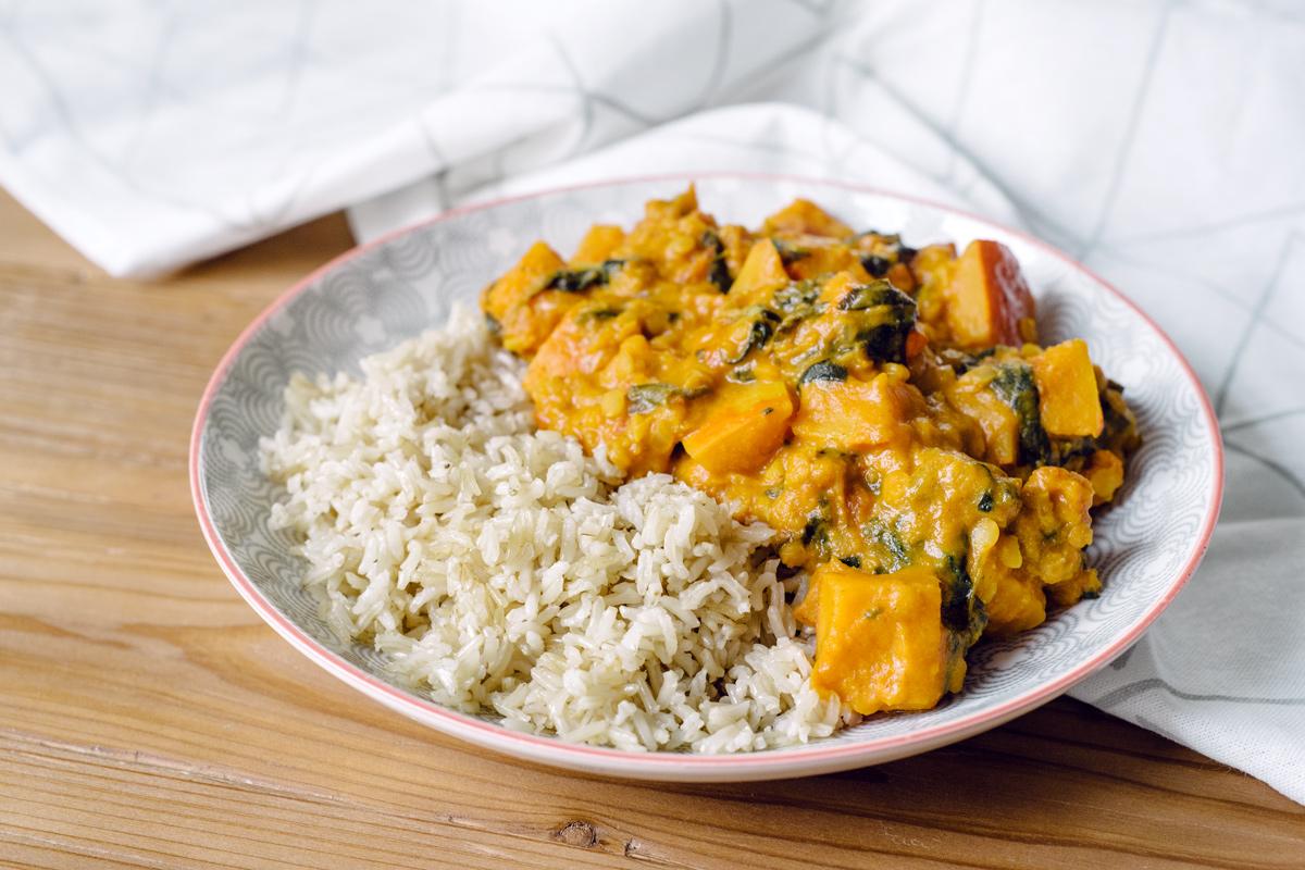 Curry végétalien de potimarron, lentilles corail et épinards