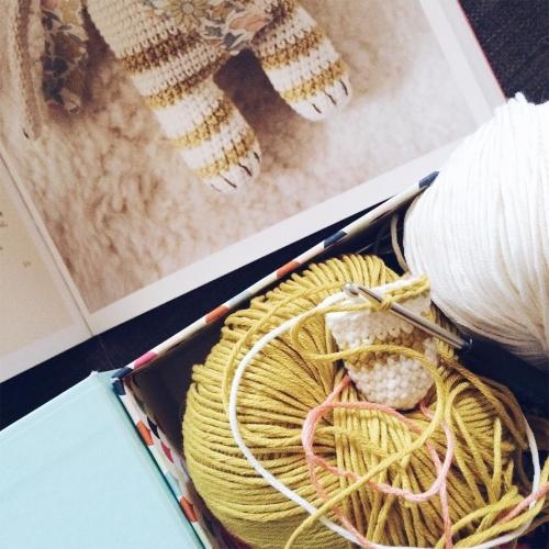 Les après-midi de vacances: crocheter un doudou en regardant Gilmore Girls