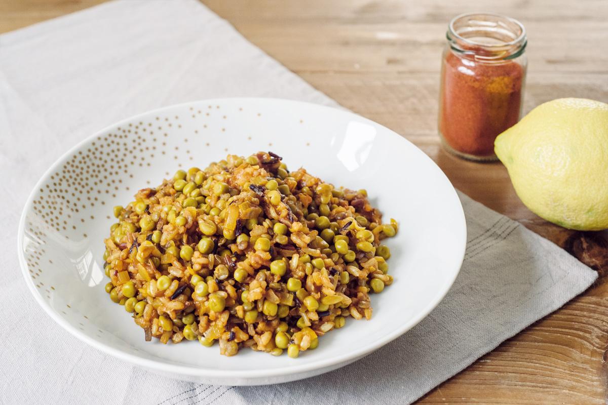 Recettes végétaliennes rapides: riz aux épices, lentilles et petits pois