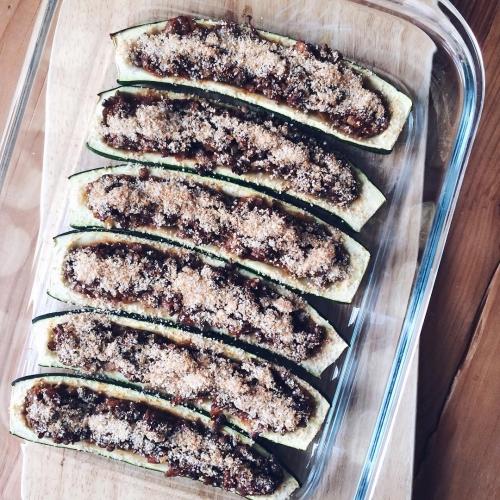 Demi-courgettes farcies aux lentilles vertes, riz rouge, ail et oignon