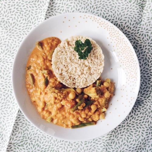 Curry de lentilles corail, pois chiches, haricots verts, brocoli