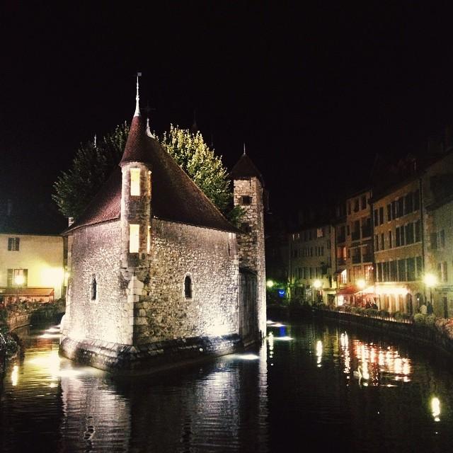 Balade nocturne dans la vieille ville d'Annecy