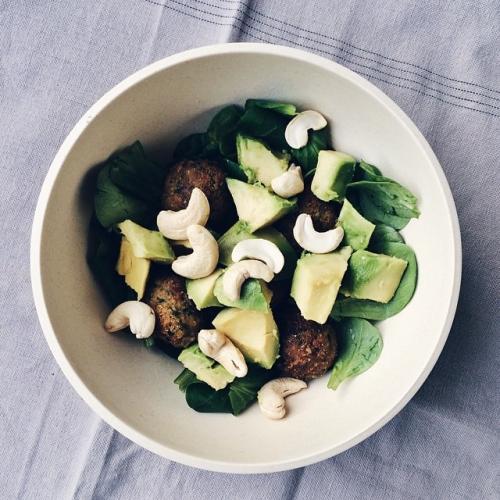 Le retour des petites salades: mâche, falafels, avocat et noix de cajou