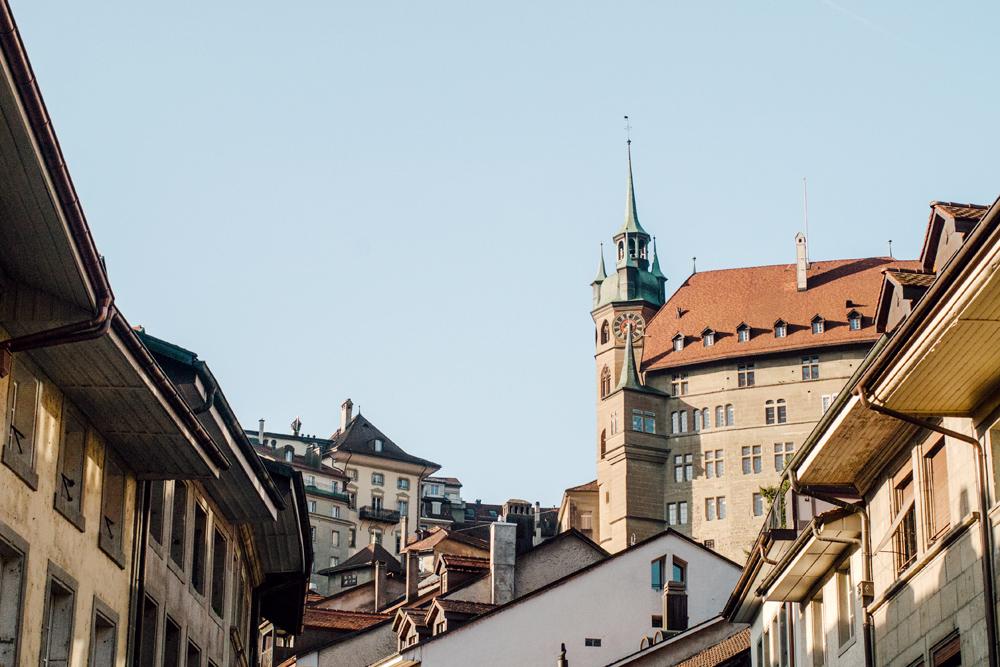 Fribourg – L'Hôtel de Ville au dessus des Escaliers du Court Chemin