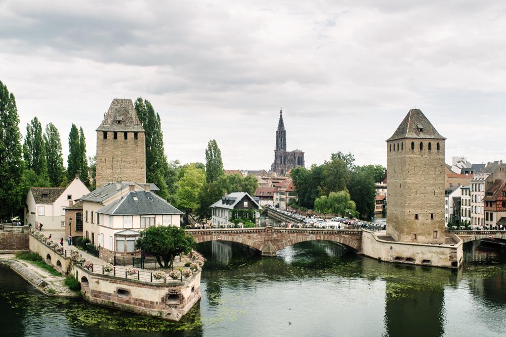 Strasbourg – La Petite France – Vue sur les Ponts Couverts et la Grande Île depuis le barage Vauban