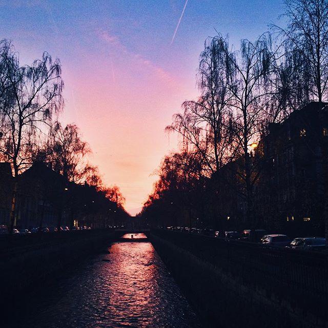 Coucher de soleil au dessus du canal