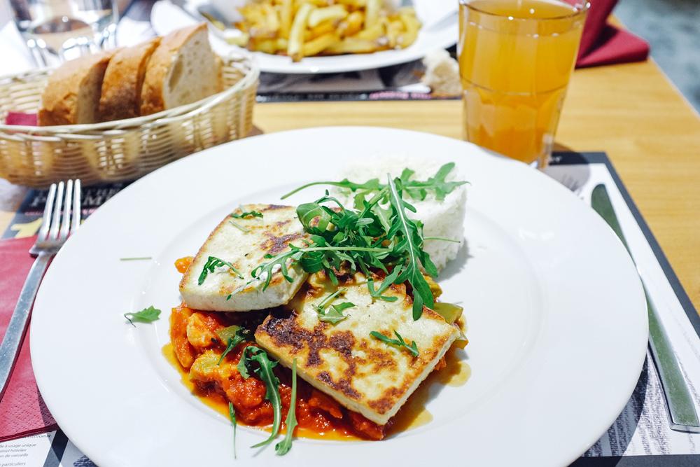 Tranches de tofu grillées, légumes poellés et riz basmati