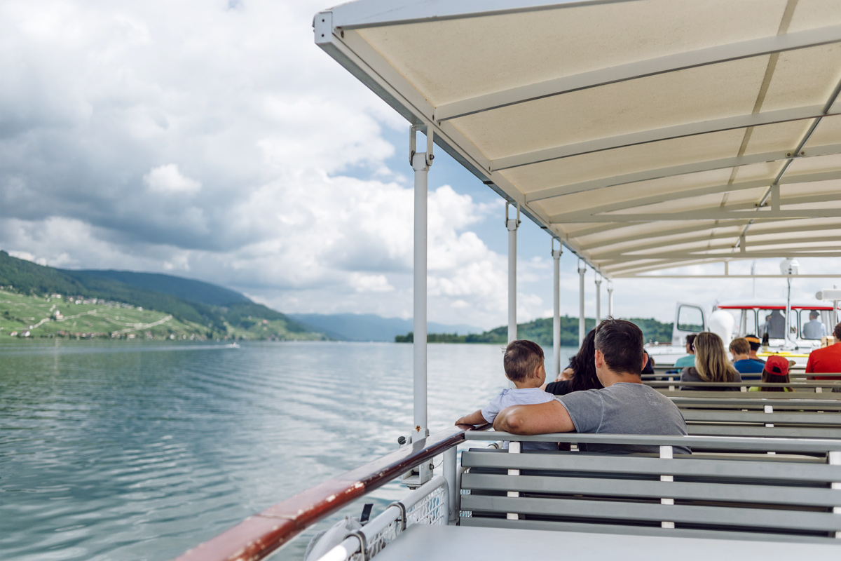 Vue sur les rives du lac de Bienne depuis le bateau