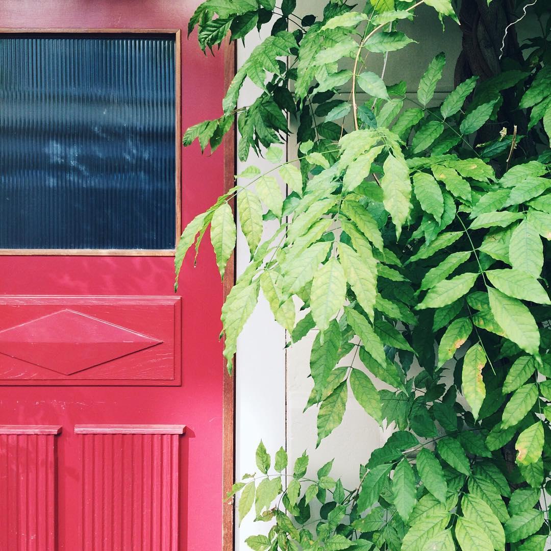 Une jolie porte rouge dans une rue de Bienne