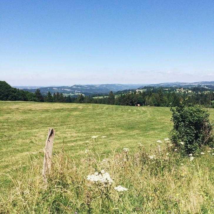 La campagne des montagnes neuchâteloise, et au loin, la France