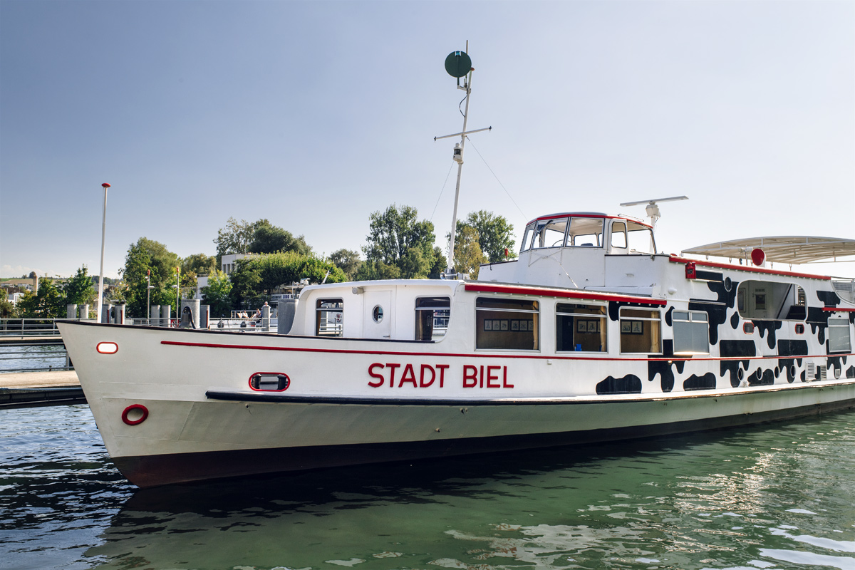Le Stadt Biel ancré au port de Bienne