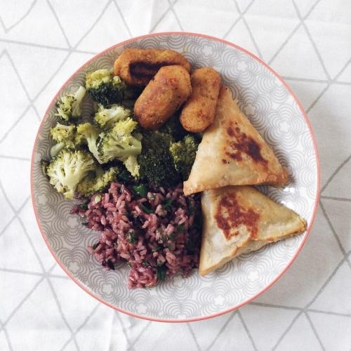 Riz complet de Camargue, brocoli, samosas aux légumes et croquettes aux pois chiches et pignons de pin