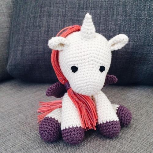 George, la petite licorne crochetée
