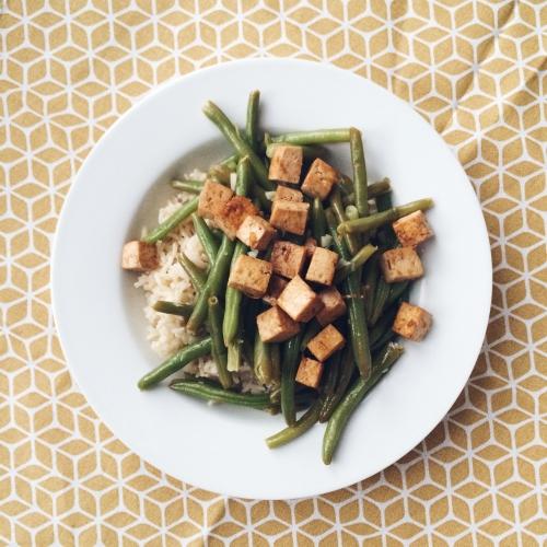 Tofu caramélisé, haricots à l'ail et riz complet