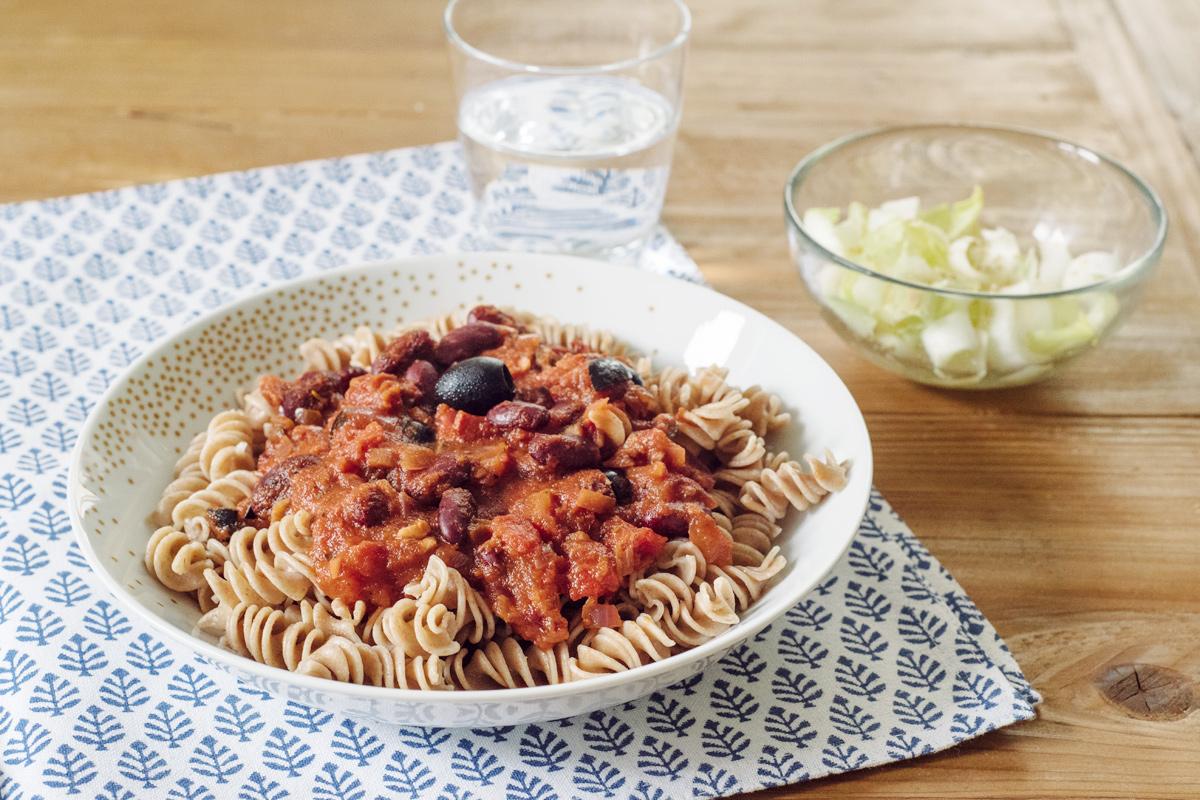 Recettes végétaliennes rapides: pâtes à la sauce tomate, olives noires et haricots rouges