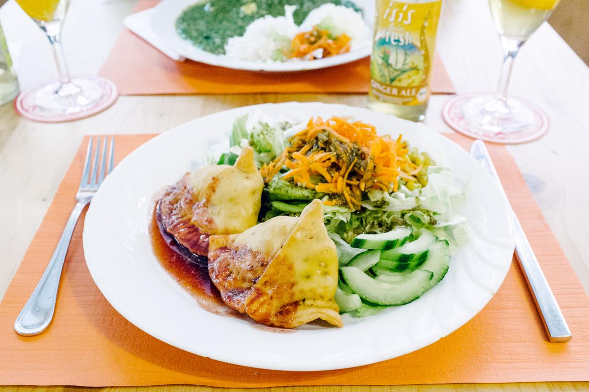 Samosa aux légumes et salade mêlée