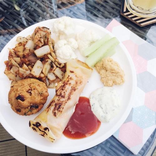 Buffet végétalien: poellée de légumes, muffin aux tomates séchées, rouleau de printemps