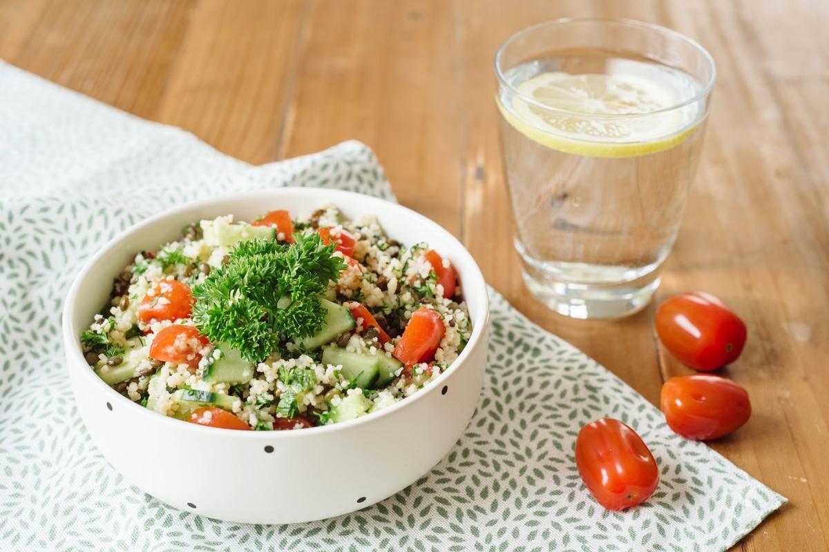 Taboulé à la semoule de blé et aux lentilles vertes, concombre, tomates cerises, menthe et persil