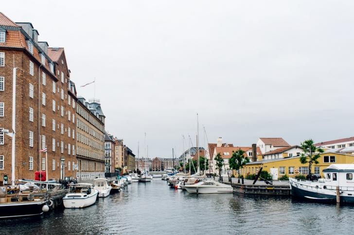 Copenhague, bâteaux amarés le long des quais de Christianshavn