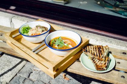 Salade composée, soupe de tomates et aubergine, sandwich grillé végétarien