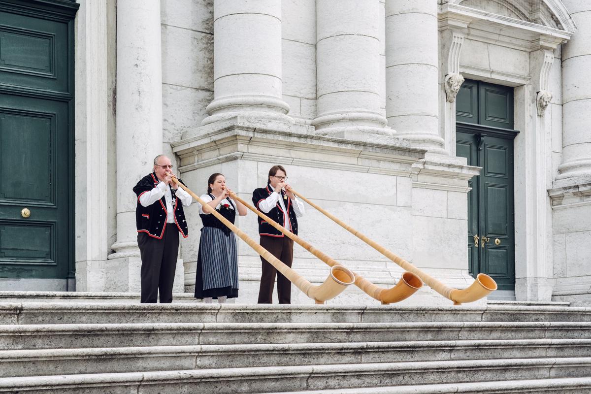 Soleure, joueurs de cor des Alpes sur le parvis de la Cathédrale St-Ours