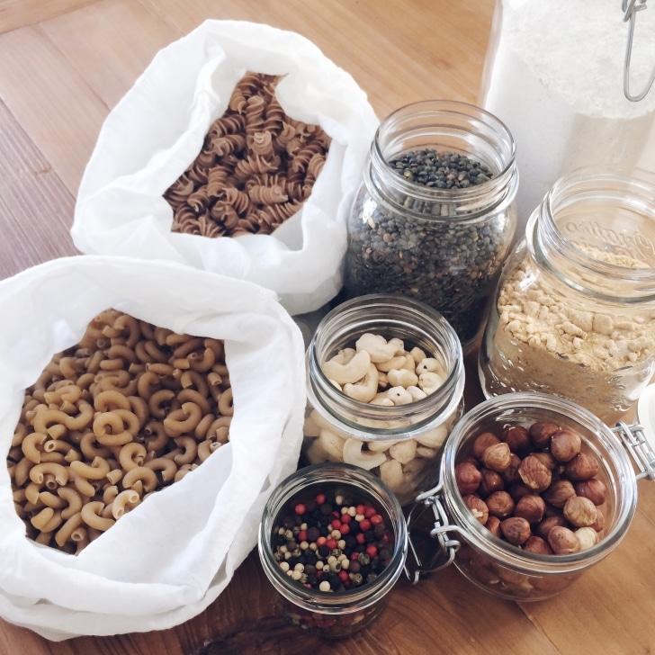 Achats alimentaires en vrac: pâtes, lentilles, poivre, farines, noisettes et noix de cajou