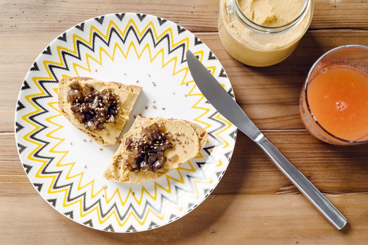 Tartines de houmous et confit d'oignon
