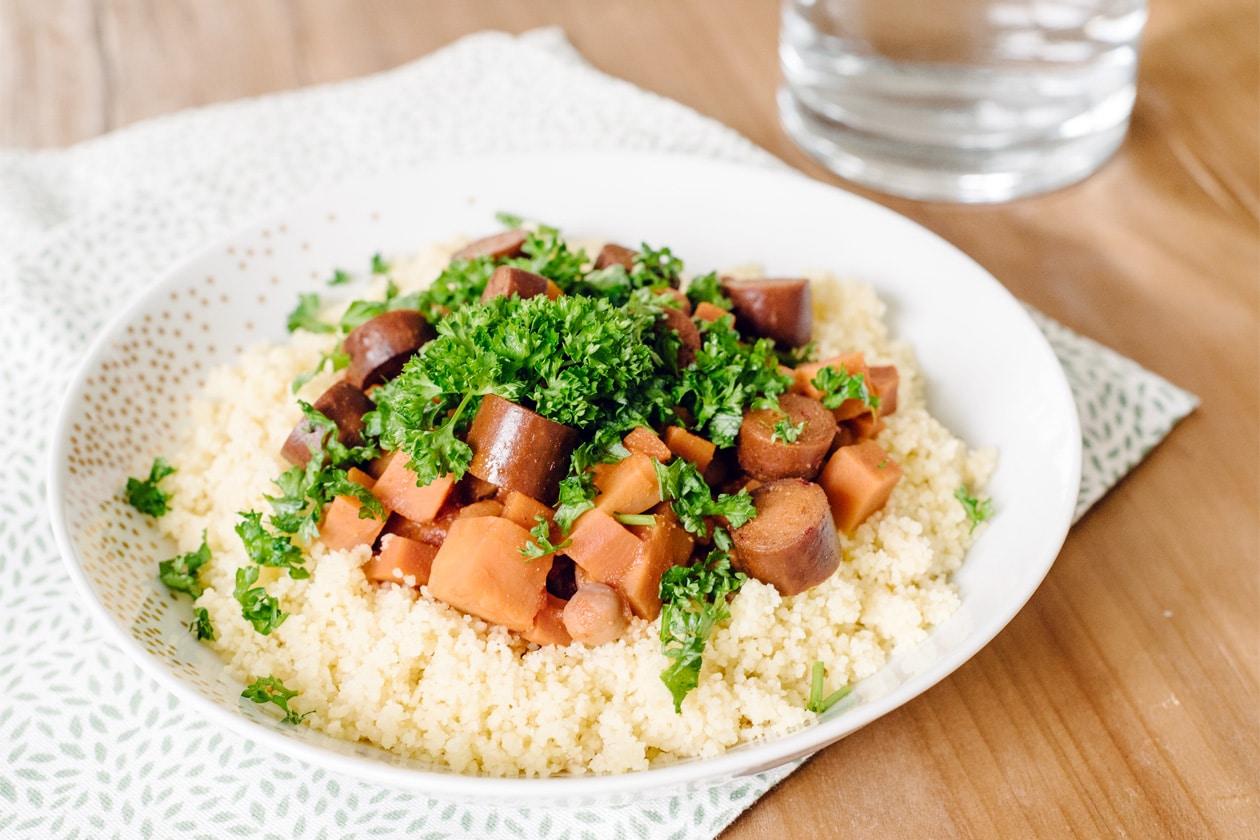 Couscous végétalien aux carottes, patates douces, pois chiches et merguez végétales
