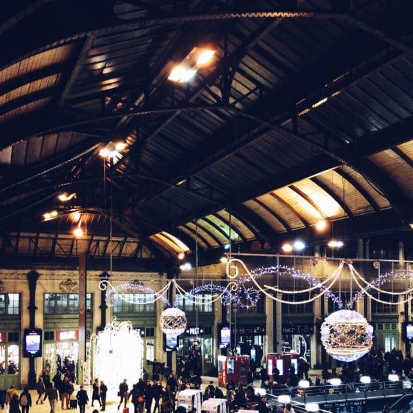 Paris, la Gare de Lyon décorée et illuminée pour les fêtes de fin d'année