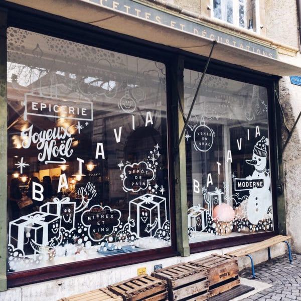 Vitrine décorée de l'épicerie Batavia en vieille ville de Bienne
