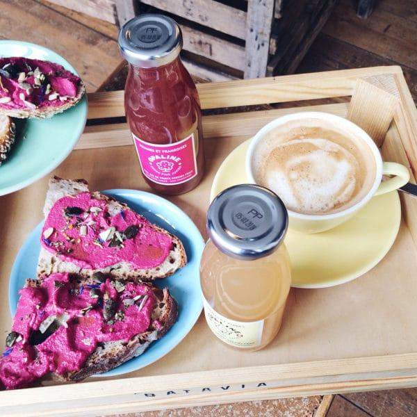 Petit déjeuner rose et jaune chez Batavia, à Bienne