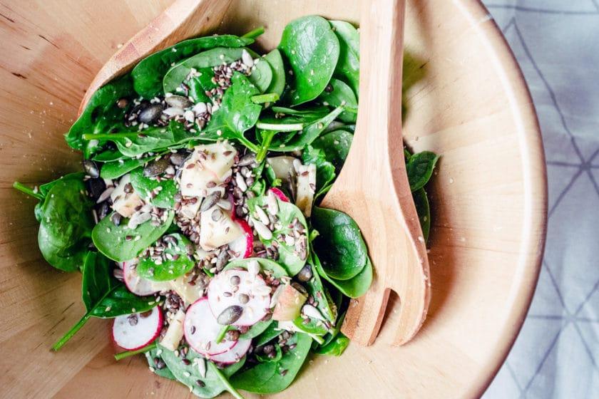 Idées de repas végétaliens: salade de lentilles vertes, épinards, radis, pomme