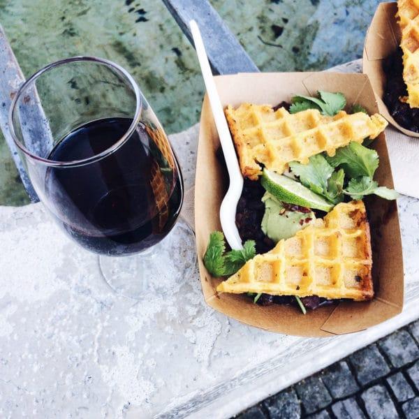 Repas végétalien et verre de vin au First Friday
