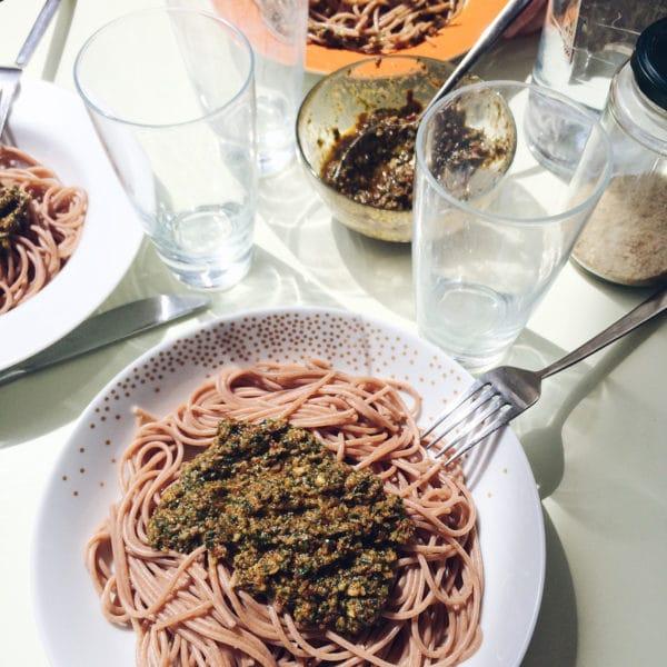 Spaghetti au pesto d'ail des ours sur le balcon