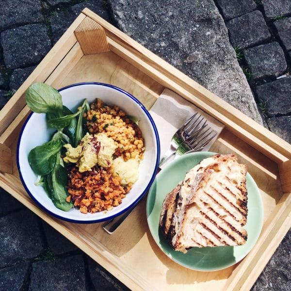 Salade et sandwich dans la vieille ville de Bienne