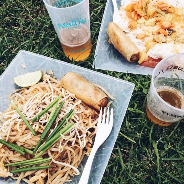Repas végétalien dans l'herbe au PlusQ'Île Festival, au bord du lac de Bienne