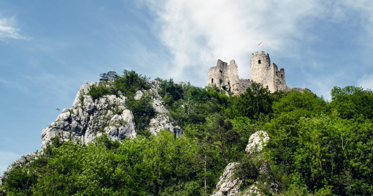 Balade dans les ruines du château deNeu‑Falkenstein