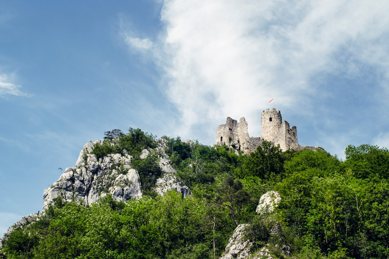 Les ruines du Château de Neu-Falkenstein, dans le canton de Soleure, photographié depuis le pied de son promontoire rocheux