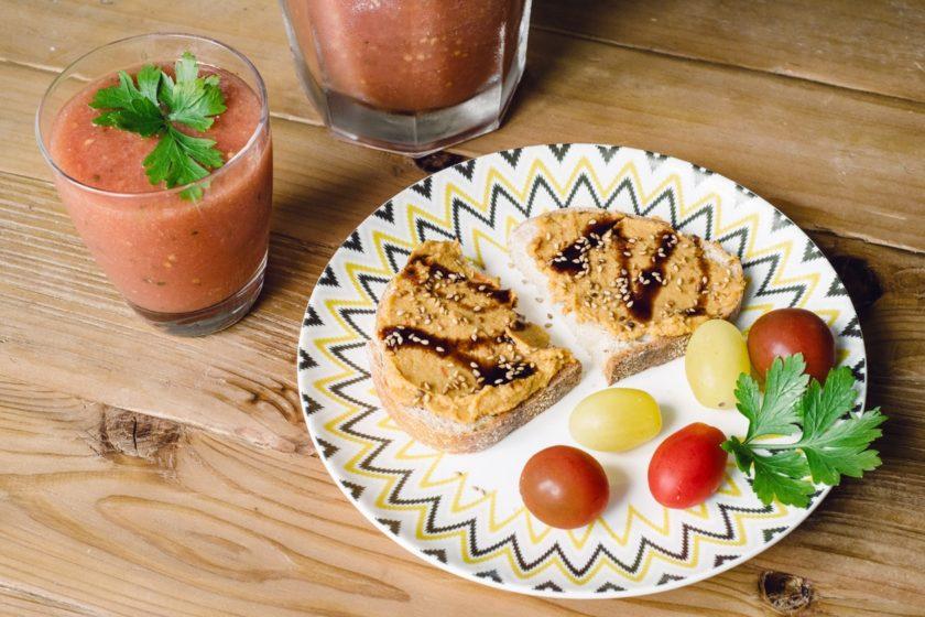 Gaspacho et tartines de houmous aux tomates séchées