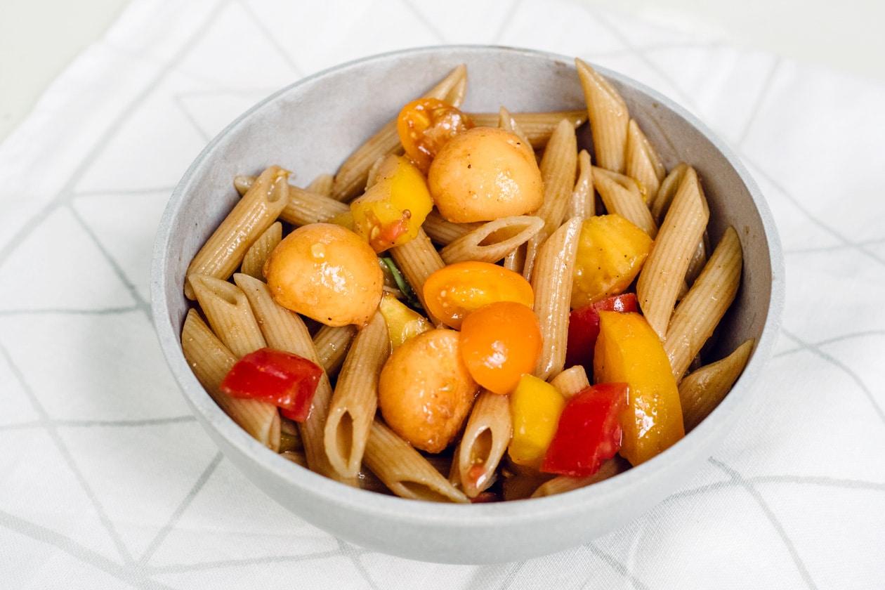 Salade de pâtes complètes, billes de melon et tomates multicolores
