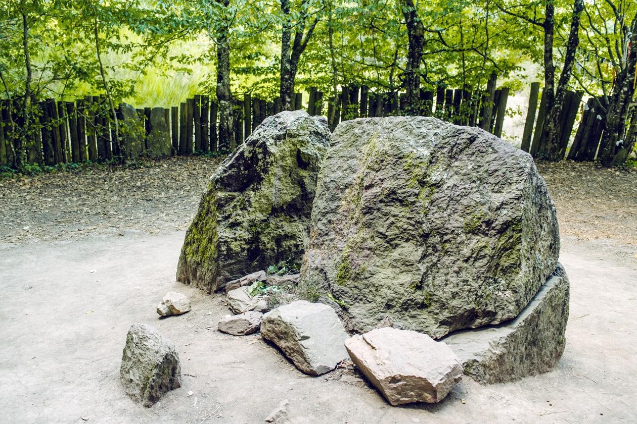 Bretagne, forêt de Paimpont: le Tombeau de Merlin