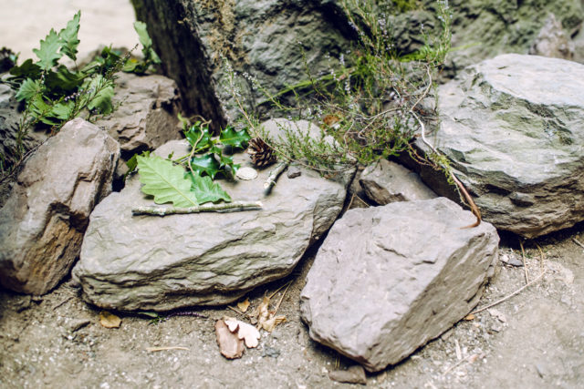 Bretagne, forêt de Paimpont: offrandes au pied du Tombeau de Merlin