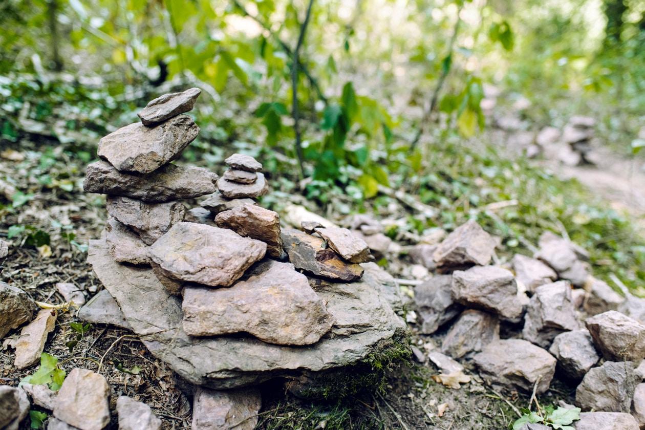 Bretagne, empilements de pierres dans la forêt de Paimpont